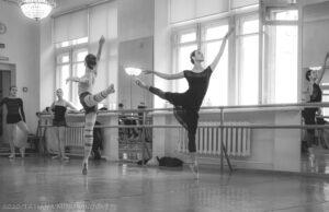 Read more about the article Трудовые будни артистов балета. Фоторепортаж с репетиции «Лебединого озера»
