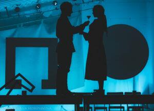 Read more about the article Как вечная женщина встречает вечную войну. Спектакль «Кони за окном» в театре «Школа драматического искусства»