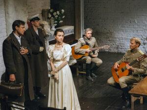 «Тарарабумбия, сижу на тумбе я, и горько плачу я, что мало значу я…» Спектакль «Три сестры» в театре «ОКОЛО дома Станиславского»