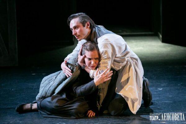 «Жизнь — сапожок непарный» в Театре им. Ленсовета: семь пар железных сапожков
