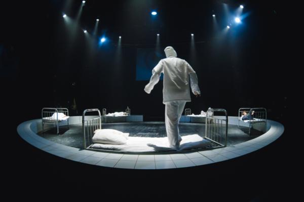 «Я сижу на берегу» (потому что встать не могу): спектакль Романа Кагановича в «Балтийском доме»