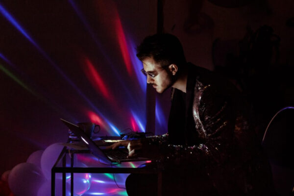 «Ритм два-ноль-ноль-ноль»: спектакль-вечеринка DJ NIKISSA