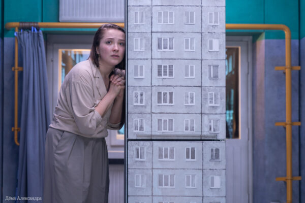 Дорогая моя, золотая моя, на кого же ты нас покидаешь… «В кольцах» в театре «Практика» — спектакль-ритуал о Москве