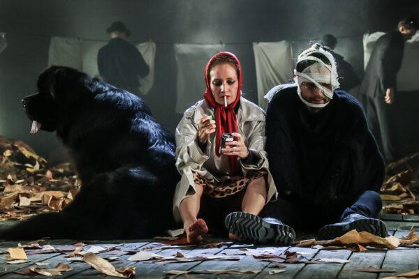 Шоу загнанных лошадей и мыльных пузырей. «Костик» Дмитрия Крымова в Театре имени Пушкина
