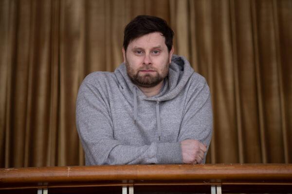 «Нормальный театр — это всегда способ поговорить»: Роман Каганович — про любовь и дискомфорт